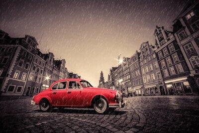Sticker Retro rotes Auto auf Kopfstein historische Altstadt im Regen. Wroclaw, Polen.