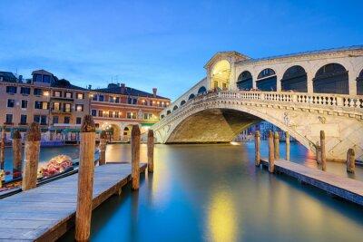 Rialto-Brücke bei Nacht in Venedig