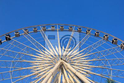 Riesenrad mit klaren, blauen Himmel