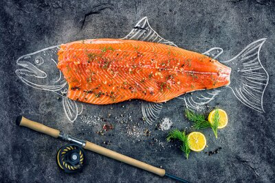 Sticker Roh Lachs Fisch Steak mit Zutaten wie Zitrone, Pfeffer, Meersalz und Dill auf schwarzem Brett, skizzierte Bild mit Kreide von Lachsfischen mit Steak und Angelrute