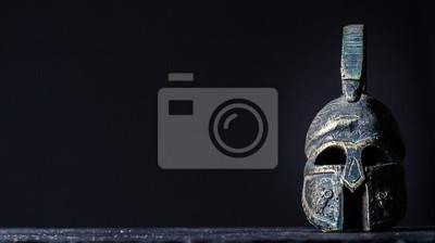 Sticker römischer Helm auf einem schwarzen Hintergrund