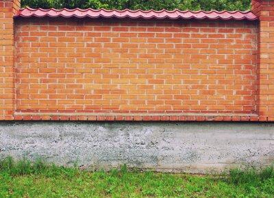 Rote Mauer Hintergrund mit grünem Gras und Beton
