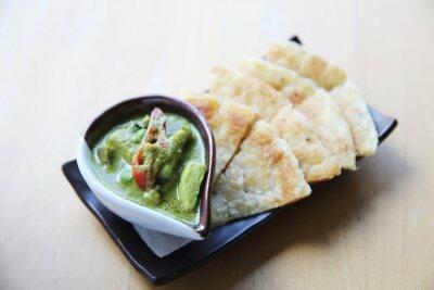 Sticker Roti mit grünem Curry auf Holz Hintergrund