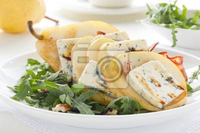 Salat mit Birne und Gorgonzola.