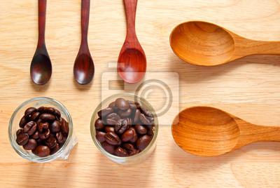Sammlung von hölzernen Kochlöffel mit Kaffeebohnen auf Holz ba