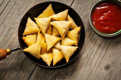 Sticker Samosas - Beliebte indischen frittierte Brotzeit mit Kartoffelfüllung und mit knusprigen Kruste bedeckt