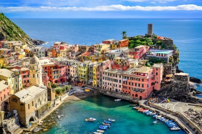 Sticker Scenic view of ocean and harbor in colorful village Vernazza, Cinque Terre, Italy