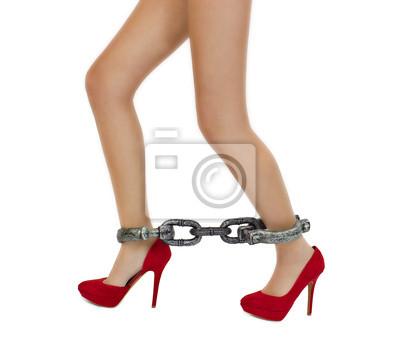 6a8f4879295738 Schlanke frau beine in roten high heels schuhe mit fesseln notebook ...