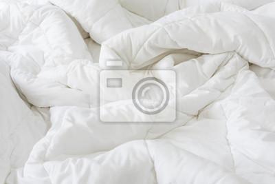 Sticker Schließen Sie herauf unordentliches weißes Blatt und Kissen auf Bettschlafzimmerinnenraum