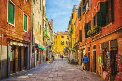 Sticker Schmalen Kanal unter alten bunten Backsteinhäuser in Venedig