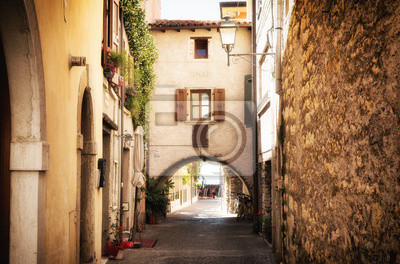 Schmalen Straße in mittelalterlichen Altstadt am Gardasee in Italien