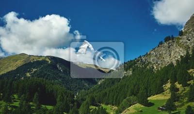 Schneebedeckte Berge. Blick auf das Matterhornberg. Wiesen und Bergkamm