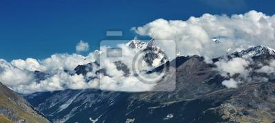 Schneebedeckte Berge. Gipfel der Berge. Blick auf die Alpenberge bei Sonnenaufgang. Trek in der Nähe von Matterhorn Mount.