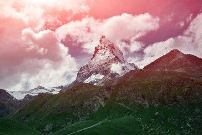 Schneebedeckte Berge. Gipfel des Matterhorns. Blick auf die Alpenberge bei Sonnenaufgang. Trek in der Nähe von Matterhorn Mount.