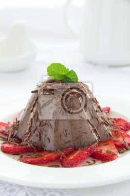 Schokoladen-Panna Cotta mit Erdbeeren und Kaffee.