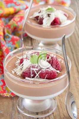 Schokoladen-Panna Cotta mit Himbeeren und weißer Schokolade.