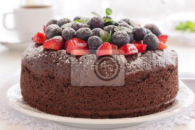 Schokoladenkuchen mit Sommerbeeren.