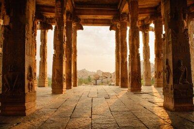 Sticker Schöne Architektur der alten Ruinen des Tempels in Hampi