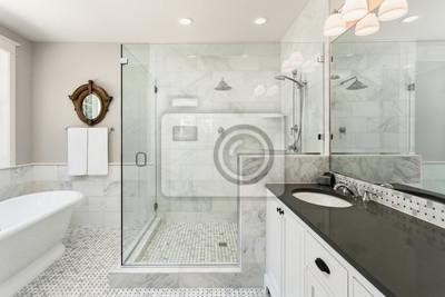 Schöne badezimmer mit dusche, badewanne und waschbecken in neu ...