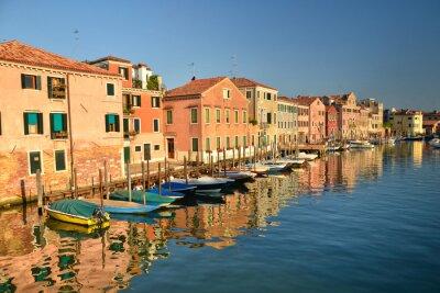Schöne bunte Häuser und Boote, Wahrzeichen von Venedig, Landschaft von berühmten Kanal, Italien, Europa