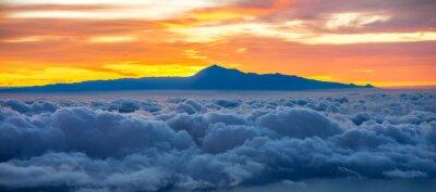 Sticker Schöne cloudscape mit Teneriffa-Insel auf Hintergrund auf den Sonnenaufgang in Spanien