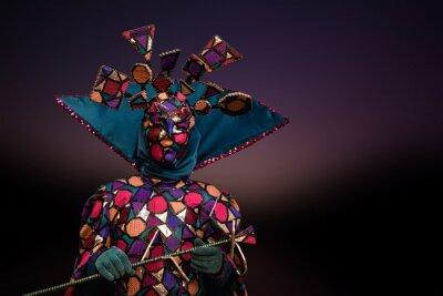 Schöne junge Frau in mysteriösen Farben venezianischen Maske. Modefoto. Feiertage und Feiern