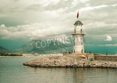 Sticker Schöne Natur, Landschaft mit Bergen Bereich, bewölkter Himmel und Leuchtturm im Hafen Alanya, Türkei
