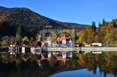 Schöne Sicht auf einem schönen Haus am See im Herbst