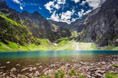 Sticker Schöne Teich in der Mitte der Berge im Morgengrauen