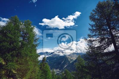 Schöner bewölkter Sonnenaufgang in den Bergen mit Schneekante. Alpen. Schweiz, Trek bei Matterhorn.