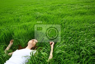 schönes Mädchen liegend von Gras