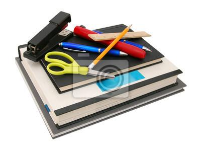 Schulbedarf einschließlich Notizbücher, Zusammensetzungsbücher, Machthaber, Bleistifte, Radiergummis, Scheren, Stifte und Ordner auf einem weißen Hintergrund mit Kopienraum