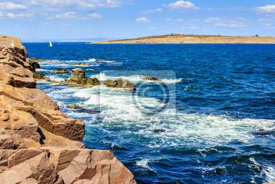 Seelandschaft mit Wellen das Ufer und Insel