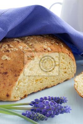 Selbstgebackenes Brot mit drei Käsesorten.