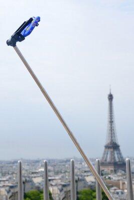 Selfie-Stick in Paris über Eiffelturm