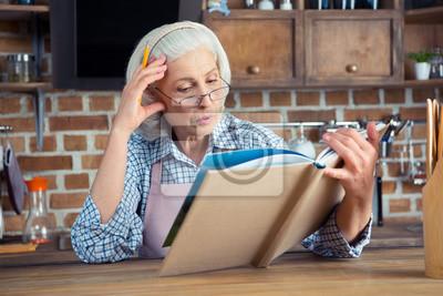 Senior Frau mit Kochbuch