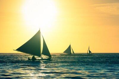 Sticker Silhouette der typischen Segelboote bei Sonnenuntergang in Boracay Insel in den Philippinen