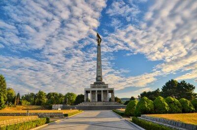 Slavin - Denkmal und Friedhof für Soldaten der sowjetischen Armee in Bratislava, Slowakei. Mit schönen Sommer Sonnenuntergang Licht