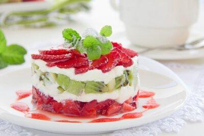 Sommer-Dessert mit Erdbeeren, Kiwi und Vanille-Creme.