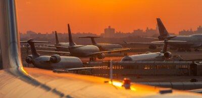 Sticker Sonnenuntergang auf dem Flughafen mit Flugzeugen in den Startlöchern