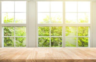 Sticker Spitze des hölzernen Tischzählers auf Unschärfefensteransicht-Gartenhintergrund.