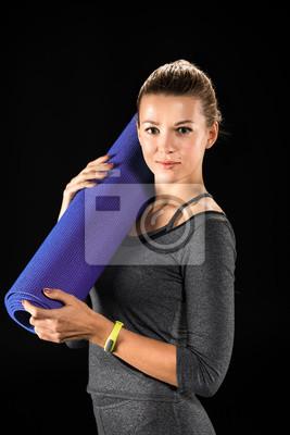 Sportlerin hält Yogamatte