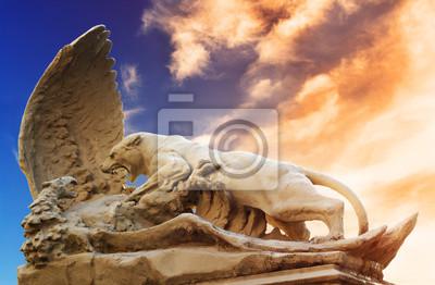 Statue des Kämpfens Löwin und Adler