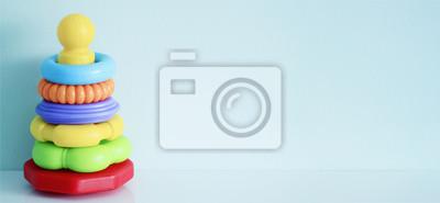 Stock-Foto-bunte-Regenbogen-Spielzeug-Pyramide-für-kleine-Kinder-auf-dem-blauen Hintergrund