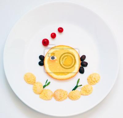 Stock-Foto-Essen-Kunst-lustig-Frühstück-für-Kinder-Fisch-und-Seetang-von-Flocken-und-Früchte-auf-dem-weißen-Teller