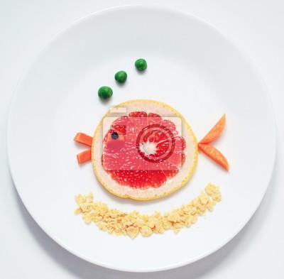 Stock-Foto-Fisch-aus-Obst-Grapefruit-gesund-und-Spaß-Essen-für-Kinder-auf-Weiß-Platte-Top-View