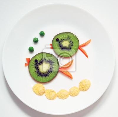 Stock-Foto-Fisch-Familie-Eltern-und-Kinder-von-Kiwi-gesund-und-Spaß-Essen-für-Kinder-auf-Weiß-Platte-Top-View