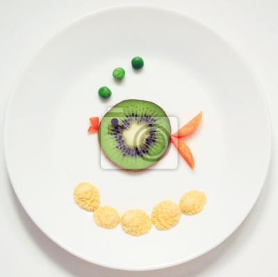 Stock-Foto-Fisch-Grün-Farbe-von-Frucht-Kiwi-gesund-und-Spaß-Essen-für-Kinder-auf-rund-weiß-Platte-Top-View