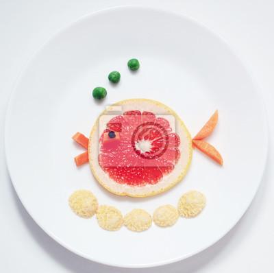 Stock-Foto-Fisch-von-Raps-Zitrus-Frucht-gesund-und-Spaß-Essen-für-Kinder-auf-Weiß-Platte-Top-View