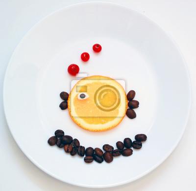 stock-foto-food-art-little-fisch-from-obst-kreative-idee-für-gesund-frühstück-auf-dem-weißen-platte